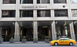 L'agence de notation Standard and Poor's a abaissé mardi les notes de 37 banques mondiales, dont les plus grandes banques américaines, en raison d'un changement de ses critères de notation, et pourrait modifier certaines notes à nouveau.