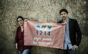 """Brigitte Gothière et Sébastien Arsac, co-fondateurs de l'association de protection des animaux """"L214"""" posent le 1er mars 2016 à Lyon"""