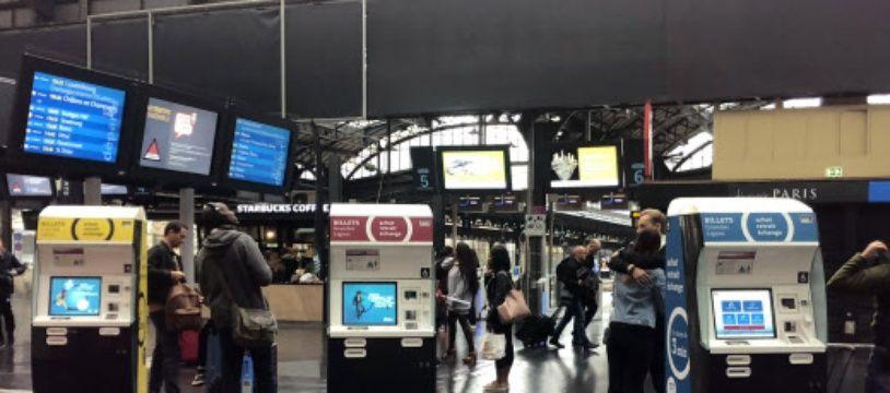 Des borne d'achat de billets train à la gare de l'Est, à Paris.