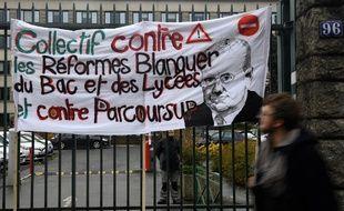 Une banderole devant un lycée de Rennes,  le 12 novembre 2018.