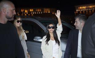 Kim Kardashian salue la foule à Erevan, en Arménie, le 8 avril 2015.