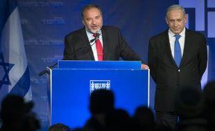 Le Premier ministre israélien Benjamin Netanyahu (d) et Avigdor Lieberman, chef de file populiste du parti de la droite dure Israël Beiteinou, le 22 janvier 2013 à Tel Aviv