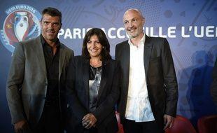 La maire de Paris Anne Hidalgo entourée de Grégory Coupet et Franck Leboeuf lors de la présentation des animations prévues par la Ville pour l'Euro, le 16 juin 2015.