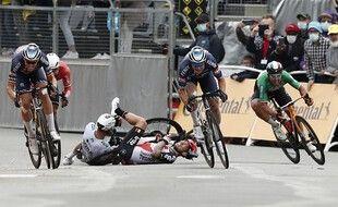 La chute de Caleb Ewan lors de l'arrivée au sprint.