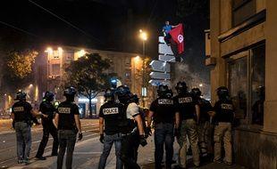 Des policiers déployés dans le quartier de la Guillotière à Lyon après la victoire de l'Algérie sur le Nigeria en Coupe d'Afrique des nations, le 14 juillet 2019.