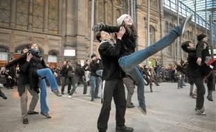 Devant des voyageurs médusés, les danseurs du ballet de l'Opéra du Rhin ont fait hier la promotion de leur spectacle.