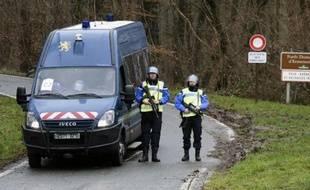 Des gendarmes bloquent l'accès à Dammartin-en-Goële le 9 janvier 2015
