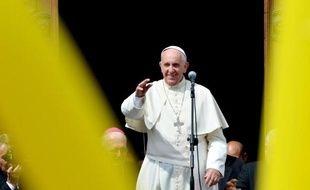 La pape François salue les fidèles en sortant de l'église Santa Maria Ausiliatrice de Turin, le 21 juin 2015