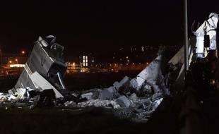 Les opérations de secours se poursuivaient dans la nuit du 14 à 15 août 2018 à Gênes pour retrouver d'éventuels survivants après l'effondrement d'un viaduc.