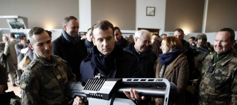 Emmanuel Macron est arrivé jeudi matin dans le camp de l'armée de Terre de Mourmelon (Marne), pour assister en hélicoptère à des manoeuvres à balles et obus réels.