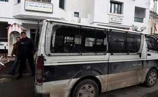Un véhicule de la police tunisienne endommagée lors des manifestations le 11 janvier 2018.