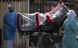 Un patient emmené à l'hôpital de Mexico, le 2 février 2021.