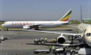 Un avion de la compagnie Ethiopian Airlines sur le tarmac de l'aéroport de Nairobi, le 26 juin 2010 au Kenya