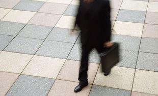 Image d'illustration d'un homme d'affaires marchant avec une mallette à la main