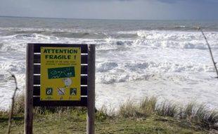 Un panneau informant les visiteurs de la fragilité de la dune de sable à Lacanau (Gironde)