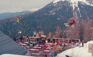 """Kevin Rolland et Julien Régnier s'envolent au-dessus d'une terrasse de restaurant à La Plagne, dans le court-métrage """"Fast Forward"""""""
