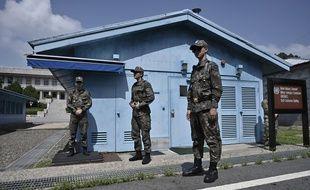 Des soldats sud-coréens montent la garde au village de Panmunjom sur la DMZ, le 27 juillet 2019.