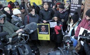 Ensaf Haidar (C),la femme du bloggeur saoudien Raef Badawi, condamné à 1.000 coups de fois en Arabie Saoudite, lors d'un rassemblement à Montréal, au Québec le 13 janvier 2015.