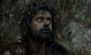 Tigran Mekhitarian campe le héros de la série préhistorique « Moah ».