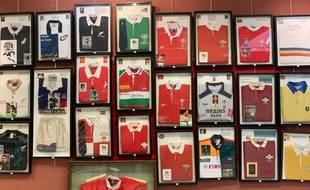 735 maillots de rugby sont présentés lors d'une vente aux enchères, le 12 septembre 2019 à Toulouse.