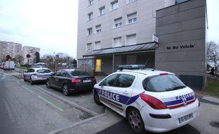 Illustration d'une voiture de police garée devant le commissariat du Blosne à Rennes.