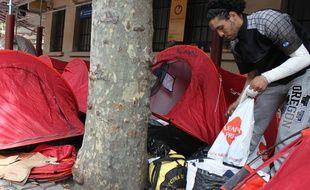 Mohssen, lundi soir, aux abords de la tente dans laquelle il campait ce week-end avec une trentaine d'autres sinistrés, au pied de l'immeuble incendié.