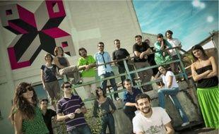 Les membres du collectif devant leurs nouveaux locaux, l'ex-siège de la Citram.