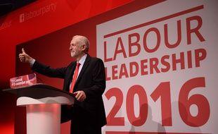 Le leader du parti travailliste britannique, Jeremy Corbyn, sur scène après l'annonce de sa réélection à Liverpool, le 24 septembre 2016.