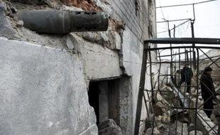 Un missile encastré dans un mur de la prison de Chornukhine, à l'est de Debaltseve, le 28 février 2015, en Ukraine