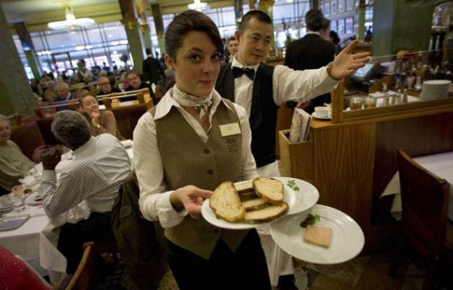 Une apprentie serveuse de l'institut Paul Bocuse, fait ses gammes dans la brasserie «La Coupole» de Paris, le 12 novembre 2012