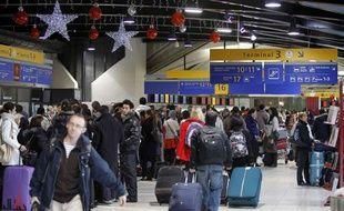 Des passagers patientent dans un terminal pendant la grève des agents de sûreté à l'aéroport Lyon - Saint-Exupéry, le 17 décembre 2011.