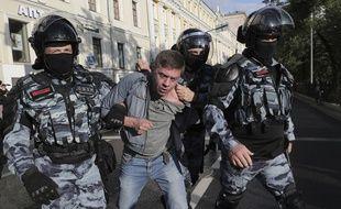Un manifestant emmené par la police à Moscou le 10 août 2019.