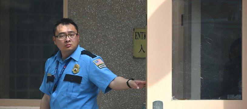 Un garde devant l'ambassade américaine à Pékin en mai 2019.