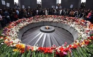 Des fleurs sont déposées au Memorial du génocide arménien à Erevan, le 21 avril 2015.