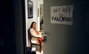 Ségolène Royal dans son appartement de La Rochelle, le 15 juin 2012, alors qu'une personne a placardé sur sa porte une affichette «ici, c'est Falorni», du nom de son adversaire pour le second tour des législatives.