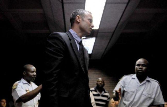 L'athlète handisport sud-africain Oscar Pistorius a été transféré aux premières heures du jour mardi au tribunal d'instance de Pretoria, où il doit comparaître pour le meurtre de son amie Reeva Steenkamp le jour de la Saint-Valentin, a rapporté la radio locale EWN.