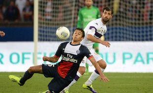 Eden Ben Basat (en blanc) au duel avec Marquinhos du PSG, le 28 septembre 2013