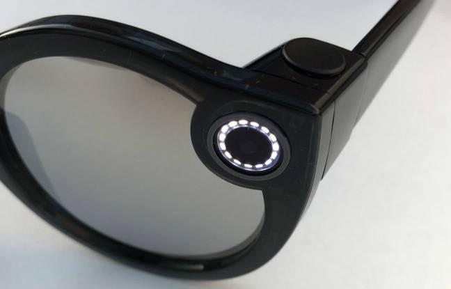 Des voyants LED clignotent lorsque l'on filme et restent fixe lorsque l'on prend une photo.