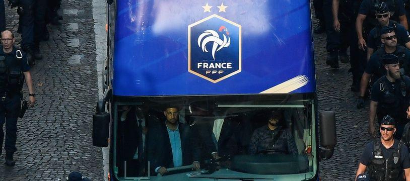 Alexandre Benalla (debout, à gauche) dans le bus impériale de l'équipe de France, le 16 juillet 2018.