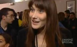 Capture d'écran d'une vidéo de 2004 où Carla Bruni parlait de piratage