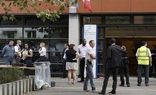 Policiers et salariés devant la Cour nationale du droit d'asile, le 3 octobre 2014 à Montreuil.
