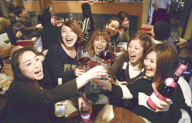 Des Japonaises ouvrent les premières bouteilles de Beaujolais nouveau, le 15 novembre 2012 à Osaka (Japon).
