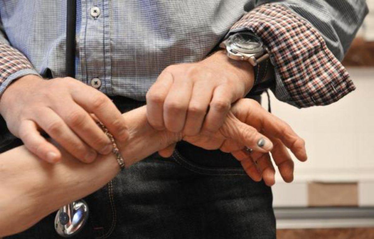 Un médecin de famille auscule une patiente – Thierry Zoccolan AFP