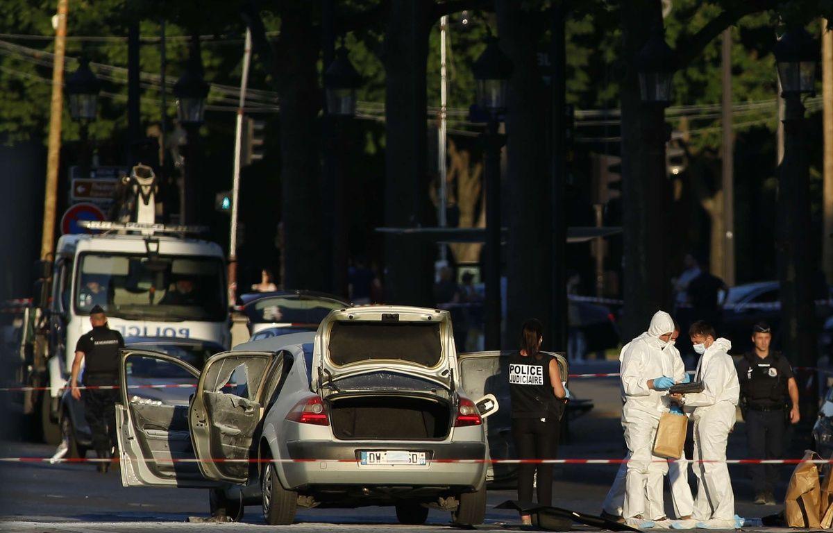 Un homme de 31 ans, islamiste radicalisé, a foncé lundi 19 juin avec sa voiture chargée d'une bonbonne de gaz et d'armes sur des gendarmes sur les Champs-Élysées à Paris. – Matthieu Alexandre/AP/SIPA