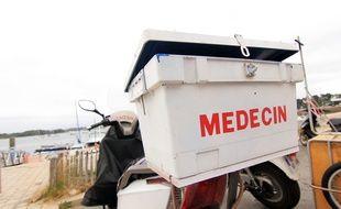 Le deux-roues du médecin de l'île aux Moines (Morbihan), ici garé sur le port.