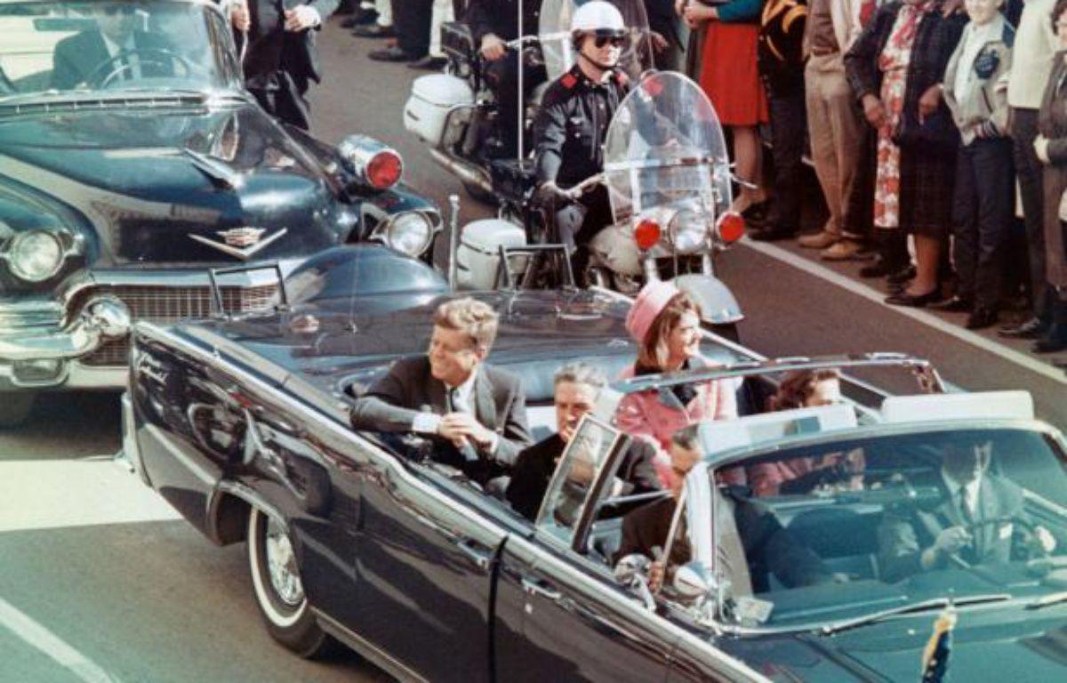 Extrait du documentaire Dallas, une journée particulière. Le 22 novembre 1963, à Dallas, au Texas, le président John F. Kennedy et sa femme Jackie Kennedy. – Bettmann/CORBIS