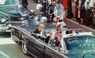 Extrait du documentaire Dallas, une journée particulière. Le 22 novembre 1963, à Dallas, au Texas, le président John F. Kennedy et sa femme Jackie Kennedy.