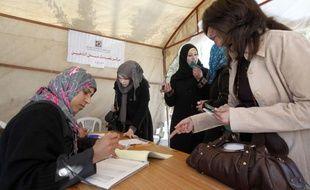 Des centaines de milliers de Palestiniens s'inscrivent sur les listes électorales dans la bande de Gaza gouvernée par le Hamas, en vue de scrutins dont la tenue est suspendue à l'application de la réconciliation avec le Fatah rival.