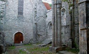 La cour de l'abbaye de Marcilhac-sur-Celé, dans le Lot.