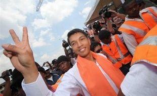 Devant plusieurs dizaines de milliers personnes, Andry Rajoelina avait proclamé samedi qu'il était désormais en charge de la gestion des affaires du pays et annoncé son intention d'engager une procédure de destitution du président Marc Ravalomanana.